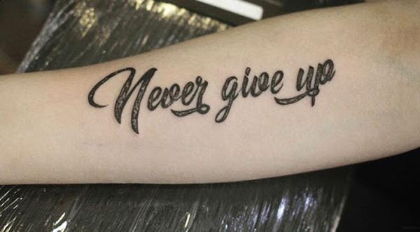"""Hình xăm chữ """"Never give up"""""""